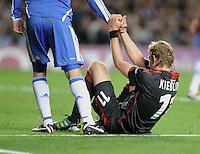 FUSSBALL   CHAMPIONS LEAGUE   SAISON 2011/2012     13.08.2011 FC Chelsea London - Bayer 04 Leverkusen Fair Play;  Ein FC Chelsea Spieler hilft Stefan Kiessling (Bayer 04 Leverkusen) auf