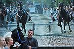 Foto: VidiPhoto<br /> <br /> BEMMEL - Voor het tweede achtereenvolgende jaar kreeg de grootste ponymarkt van Nederland maandag te maken met flink minder aanvoer en handel, die bovendien ook pas laat op gang kwam. Was de ponymarkt in Bemmel jaarlijks goed voor zo'n 1400 pony's en paarden, dit jaar was er nog niet de helft, terwijl de aanvoer vorig jaar ook al terugzakte naar zo'n 900 stuks. Een handelaar vatte het kort samen met: &quot;Het is helemaal niks.&quot; Oorzaak is volgens marktmeester Cor Grasmeijer de aanhoudende recessie, waardoor consumenten geen overbodige luxe als paarden en pony's aanschaffen. &quot;Alleen al het dekken van een dier is enorm duur, waardoor handelaren nauwelijks meer uit de kosten komen.&quot; Andere oorzaken voor de achterblijvende aanvoer van dieren zijn de relatief dure vrachtkosten in combinatie met de lage prijzen. Bovendien valt de ponymarkt dit jaar een week eerder in een regio die nog volop op vakantie is. Wel is er een trend dat er steeds meer paarden worden aangevoerd en de markt in Bemmel daardoor een geduchte concurrent dreigt te worden voor de drie grote paardenmarkten van Elst, Hedel en Zuid-Laren.