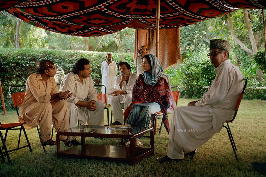 ..Pakistan. 1986. Benazir Bhutto's elections campaign. Benazir Bhutto, returned from exil, is receiving members of the PPP (Pakistan People Party) in the family house in Larkana.....Pakistan. 1986. Campagne ?lectorale de Benazir Bhutto. Benazir Bhutto, de retour d exil, recoit des membres du Parti du peuple Pakistanais (PPP) dans la maison de famille ? Larkana.