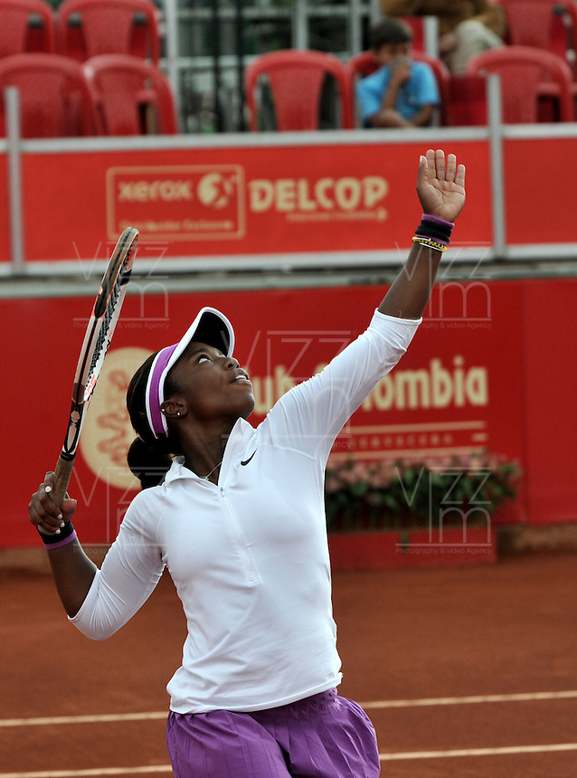 BOGOTA - COLOMBIA - 14-04-2016: Sachi Vickery de Estados Unidos,  sirve a Lourdes Dominguez de España, durante partido por el Claro Colsanitas WTA, que se realiza en el Club El Rancho de Bogota. / Sachi Vickery of United States, serves to Lourdes Dominguez from Spain, during a match for the WTA Claro Colsanitas, which takes place at Club El Rancho de Bogota. Photo: VizzorImage / Luis Ramirez / Staff.