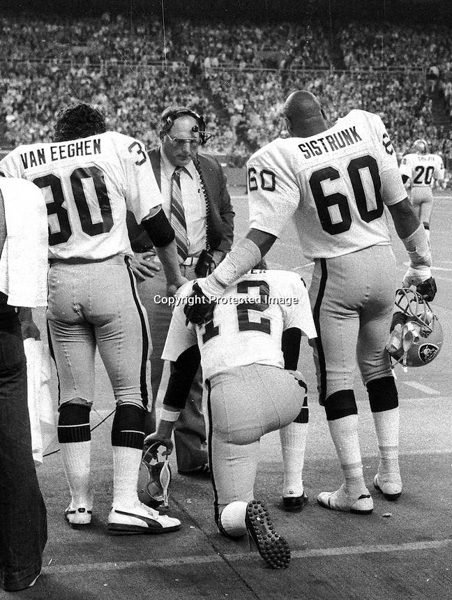 Oakland Raiders, QB Ken Stabler is consoled by coach Oliver Spencer and Mark Van Eegan, &amp; Otis Sistrunk.<br />