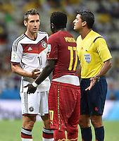 FUSSBALL WM 2014  VORRUNDE    GRUPPE G     Deutschland - Ghana                 21.06.2014 Fairplay: Miroslav Klose (lI, Deutschland) und Sulley Ali Muntari (re, Ghana) geben sich unter Beobachtung von Schiedsrichter Sandro Ricci (Mitte) die Hand