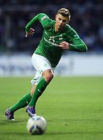 FUSSBALL   1. BUNDESLIGA   SAISON 2011/2012   21. SPIELTAG Werder Bremen - 1899 Hoffenheim                        11.02.2012 Florian Hartherz (SV Werder Bremen) Einzelaktion am Ball