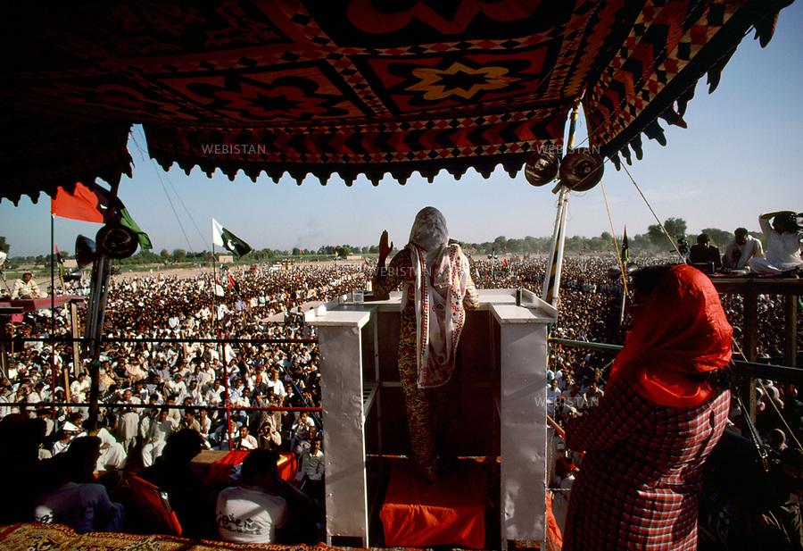 Pakistan. 1986. Benazir Bhutto's elections campaign. Benazir Bhutto is making a speech at a big rally in Azad Kashmir.....Pakistan. 1986. Campagne ?lectorale de Benazir Bhutto. Benazir Bhutto fait un discours lors d'un grand rassemblement dans la region  Azad Kashmir...