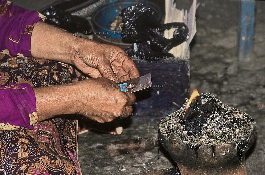 The duk&ugrave;n Ibu Mul makes a magic ritual.<br /> La Duk&ugrave;n (sciamana) Ibu Mul compie un rituale magico