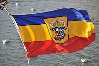 Mecklenburg Flagge: EUROPA, DEUTSCHLAND, MECKLEMBURG VORPOMMERN,  (GERMANY), 12.01.2009: Europa, Deutschland, Mecklenburg, Vorpommern, Wismar, Hafen, Die Mecklenburgische Flagge, die am 26. Maerz 1813 von Herzog Friedrich Franz I. fuer Mecklenburg-Schwerin festgelegt wurde, ist horizontal gleichmaessig geteilt in Blau, Goldgelb und Rot. Sie ist heute haeufig zu finden mit dem Stier auf einem goldenen Schild....