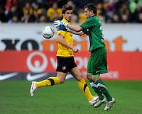 Fussball, 2. Bundesliga, Saison 2011/12, SG Dynamo Dresden - Eintracht Braunschweig, Samstag (07.04.12), gluecksgas Stadion, Dresden. Dresdens Torwart Benjamin Kirsten (re.) und Romain Bregerie.