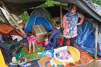 SERBIEN, 08.2016, Kelebija. Internationale Fluechtlingskrise: An der mit Zaeunen abgesperrten ungarischen Grenze stauen sich Fluechtlinge und Migranten. Sie bitten meist vergebens um Einlass in die  Asyl- und Transitzonen (blaue Container). So haben sich auf serbischer Seite provisorische Lager mit sehr schlechten Bedingungen gebildet. | International refugee crisis: Refugees and migrants have been piling up at the fenced-off Hungarian border. They are waiting for entrance into the asylum and transit zones (blue containers), mostly in vain. Thus provisional camps have emerged on the Serbian side with very bad conditions. In the picture Wool Mahmud, Ahmed Mahmud, Ali Mahmud, Noor Mahmud.<br /> &copy; Szilard V&ouml;r&ouml;s/EST&amp;OST