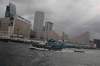 Un des derniers navire de pêche traditionnelle passe devant les pontons de Kowloon face à l'ile de Hong-kong.