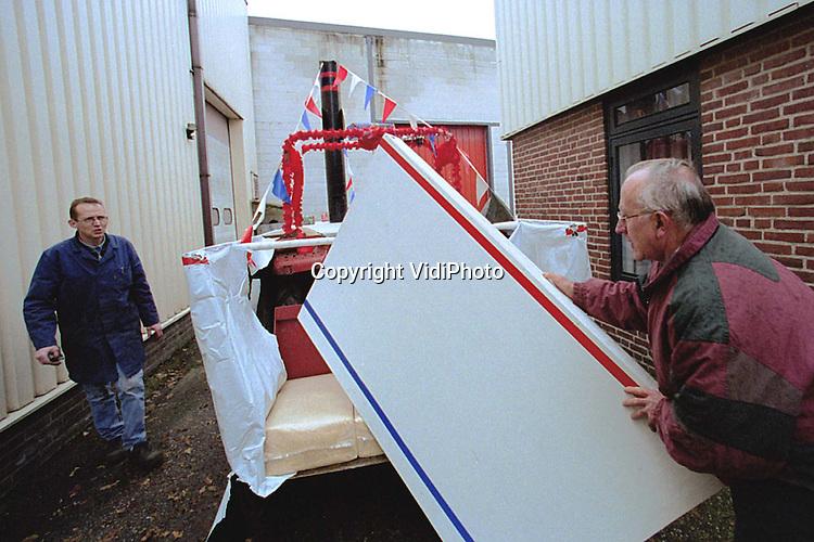 Foto: VidiPhoto..EDE - De stoomboot van St. Nicolaas wordt maandag voorzichtig opgeborgen tussen twee bedrijfspanden in Ede. Dinsdag zal de kindervriend met deze aangeklede tractor van proefboerderij Droevendaal in Wageningen de Koepelschool in Ede bezoeken. De tractorboot is gebouwd door enkele enthousiaste ouders, onder wie boer-in-ruste J. Haalboom uit Bennekom. (0318-414308)