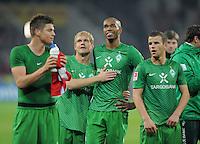 FUSSBALL   1. BUNDESLIGA  SAISON 2011/2012   11. Spieltag   29.10.2011 1.FSV Mainz 05 - SV Werder Bremen Werder Spieler Staunen ueber den Auswaertssieg; Andreas Wolf umarmt  Naldo und Lukas Schmitz (v.li.)