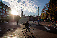 In Utrecht rijden fietsers in een mooie herfstzon over de Neude in Utrecht.<br /> <br /> In Utrecht cyclists are riding at the Neude.