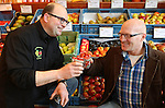 Foto: VidiPhoto..VLIJMEN - Groentespecialist De Vitaminetuin van Jos van Vugt in Vlijmen. Dankzij de persoonlijke benadering van de klant en uitleg over het product, trekt Van Vugt veel klanten bij de naastgelegen supermarkt Jumbo vandaan. Foto: Jos van Vugt (l) in gesprek met Joop Verhoeven van groenteveredelingsbedrijf Sakata... 