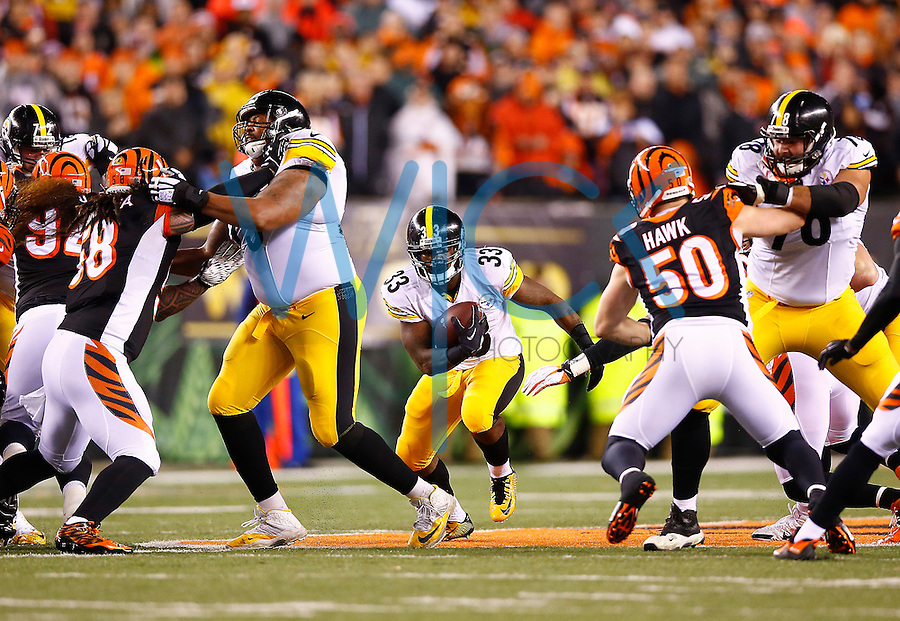Fitzgerald Toussaint #33 of the Pittsburgh Steelers in action against the Cincinnati Bengals during the Wild Card playoff game at Paul Brown Stadium on January 9, 2016 in Cincinnati, Ohio. (Photo by Jared Wickerham/DKPittsburghSports)