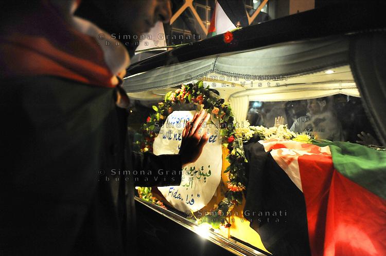 Roma, 20 Aprile 2011.Fiumicino.L'attesa e l'arrivo della salma di Vittorio Arrigoni all'aereoporto Leonardo da Vinci..Centinaia di amici e sostenitori per l'ultimo saluto..Rome, April 20, 2011.Fiumicino.The wait and the arrival of the remains of  Vittorio Arrigoni..Hundreds of friends and supporters for the last farewell