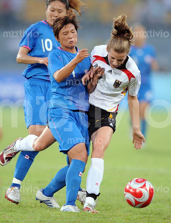 Olympia 2008  Peking  Fussball Spiel um Platz 3  Frauen 21.08.2008 Deutschland - Japan Simone Laudehr (re, GER) gegen  Shinobu Ohno  (JPN)