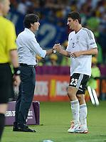 FUSSBALL  EUROPAMEISTERSCHAFT 2012   VORRUNDE Niederlande - Deutschland       13.06.2012 Trainer Joachim Loew (li) klatscht Mario Gomez (re, beide Deutschland) ab