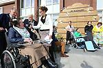 Foto: VidiPhoto<br /> <br /> KESTEREN - Bij de Schutse in Kesteren, een instelling voor verstandelijk gehandicapten, is vrijdag de nieuwe uitbreiding -De Bijenkorf- officieel in gebruik genomen. Enkele bewoners mochten de openingshandeling verrichten en als eerste door een zelfgemaakt entree naar binnen gaan. Tegelijkertijd werd de naam van het nieuwe winkeltje onthuld: Hart &amp; Zo.