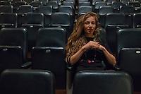 ritratto della danzatrice e coreografa Ambra Senatore, seduta in teatro