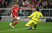 FUSSBALL CHAMPIONS LEAGUE  SAISON 2015/2016 VIERTELFINALE HINSPIEL FC Bayern Muenchen - Benfica Lissabon         05.04.2016 Thomas Mueller (FC Bayern Muenchen) gegen Torwart Ederson (re, Benfica Lissabon)