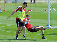Fussball 1. Bundesliga:  Saison   2011/2012    Winter Trainingslager des FC Bayern Muenchen  03.01.2012 Daniel van Buyten (li) gegen Thomas Mueller