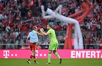 Fussball  1. Bundesliga  Saison 2013/2014  9. Spieltag FC Bayern Muenchen - 1. FSV Mainz     19.10.2013 JUBEL FC Bayern Muenchen; Arjen Robben (li) klatscht Torwart Manuel Neuer ab.