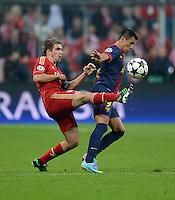 FUSSBALL  CHAMPIONS LEAGUE  HALBFINALE  HINSPIEL  2012/2013      FC Bayern Muenchen - FC Barcelona      23.04.2013 Philipp Lahm (li, FC Bayern Muenchen) gegen Alexis Sanchez (re, Barca)