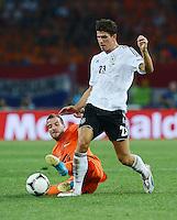 FUSSBALL  EUROPAMEISTERSCHAFT 2012   VORRUNDE Niederlande - Deutschland       13.06.2012 Rafael van der Vaart (li, Niederlande) gegen Mario Gomez (re, Deutschland)