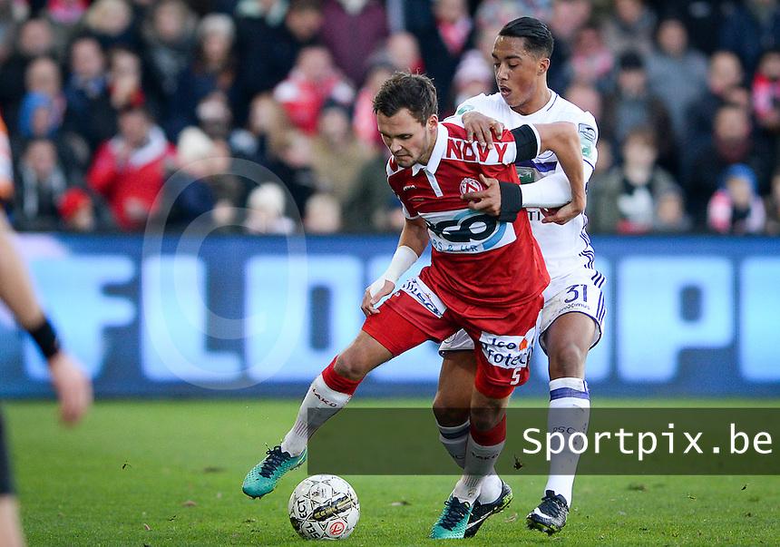 KV Kortrijk - RSC Anderlecht : duel tussen Birger Verstraete (links) en Youri Tielemans (r)<br /> Foto David Catry | VDB | Bart Vandenbroucke