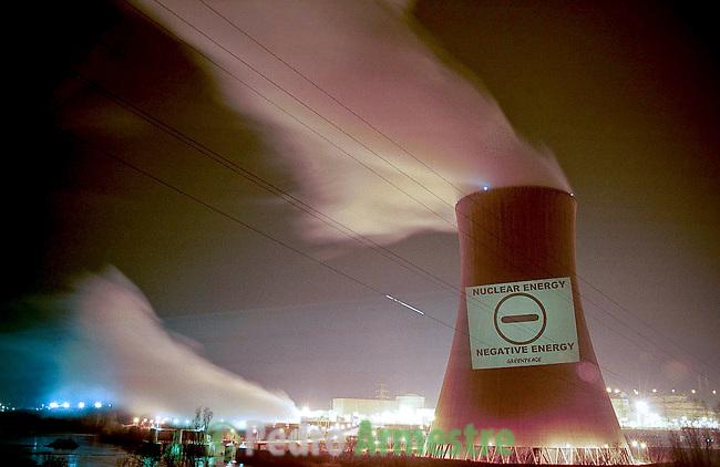 Protesta de Greenpeace contra la energía nuclear en el Central Nuclear de Asco, en Tarragona. La Central nuclear de Ascó, dividida en 2 reactores, I y II, es una central nuclear situada en Ascó (Tarragona), en la margen derecha del río Ebro. Tiene dos reactores de 1032,5 MW uno, y 1027,2 MW el otro del tipo reactor de agua a presión (PWR). Su sistema de refrigeración consta de torres naturales y forzadas. 5 marzo 2002(c)Pedro ARMESTRE