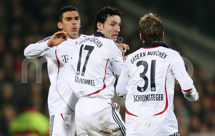 Fussball  DFB-Pokal  Saison 2006/2007 Alemannia Aachen - FC Bayern Muenchen   LUCIO, Mark VAN BOMMEL und Bastian SCHWEINSTEIGER (v.l, alle Bayern)