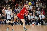 Stefanie Egger (TSV) wirft, zieht ab, links Laura van der Heijden (VFL)