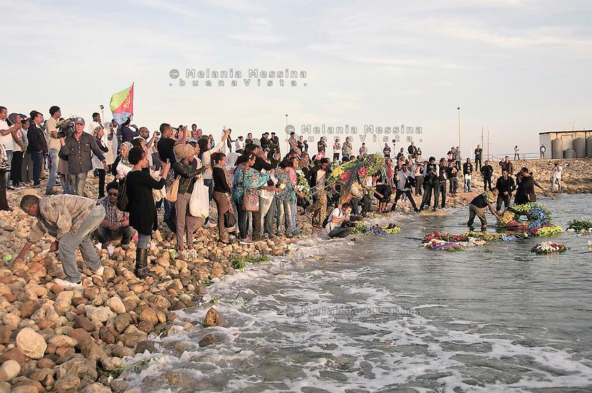 Agrigento, funerali di stato per i morti a Lampedusa, fiori lanciati a mare dai parenti delle vittime