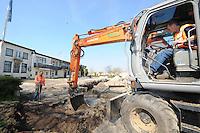 ALGEMEEN: LANGWEER: 28-03-2014, <br /> Werkzaamheden in Langweer de Stevenshoek wordt opgeknapt. Een lange wens van Langweer gaat in vervulling, &copy;foto Martin de Jong