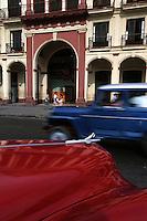Amérique Centrale/Cuba/La Havane: Voitures américaines et façades sur le Paséo de Marti face au Capitolio - Architecture baroque et couleurs de l'Art Déco