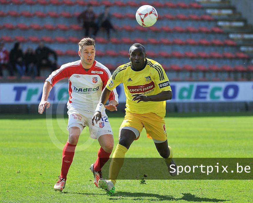 Moeskroen Peruwelz - SK Sint-Niklaas  : duel om de bal tussen Vincent Provoost (l) en Souleymane Youla (r) .foto VDB / BART VANDENBROUCKE