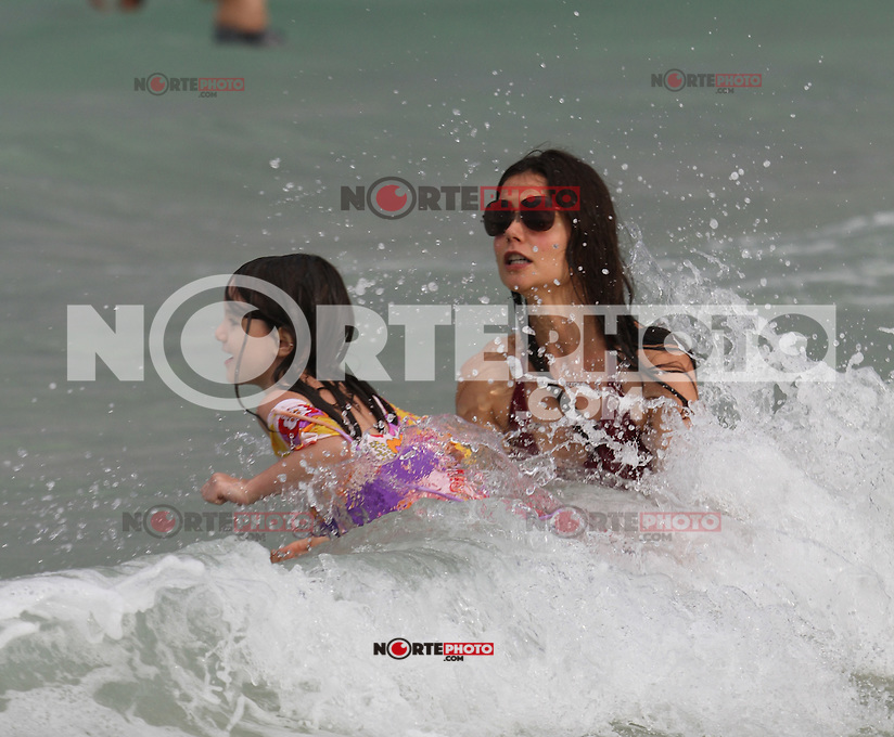 MRPIXX - 18 JUNE 11..MIAMI BEACH, FLORIDA..KATIE HOLMES AND SURI ENJOYED A BEACH DAY IN MIAMI..NON EXCLUSIVE BY..MRPIXX