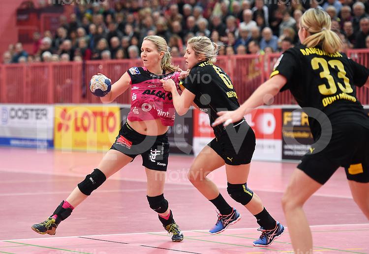 Handball 1. Bundesliga Frauen 2015/2016:   in der Paul Horn Arena Tuebingen TuS Metzingen - Borussia Dortmund     29.12.2015 Tonje Loeseth (li, TuS) gegen Saskia Weisheitel (Mitte, Borussia)