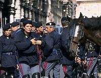 19 LUG 2001 Genova: vertice G8, controvertice Genoa Social Forum. La polizia presidia la zona rossa.JUL 19 2001 Genoa: G8 Summit, anti summit Genoa Social Forum, police patrolling  the red zone