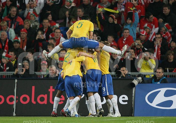 Fussball International Testspiel  Schweiz 1-2 Brasilien JUBEL BRA; nach dem Tor von Kaka zum 0-2; Dudu Carense (oben)