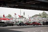 Une statue en pied du roi Taksin près de parc Lumphini, face au quartier de silom ou se trouve la barricade des Chemises Rouges pendant leur révolte d'avril-mai 2010. La personne sacrée du roi est revendiquée par les deux parties et sa statue de sera jamais dégradée même pendant le conflit.