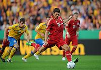 FUSSBALL   DFB POKAL   SAISON 2011/2012  1. Hauptrunde Eintracht Braunschweig - FC Bayern Muenchen   01.08.2011 Mario GOMEZ (Bayern) verwandelt den Elfmeter zum 0:1