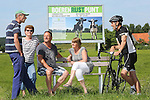 Foto: VidiPhoto<br /> <br /> DRIEL - Fietsers genieten van het eerste Boerenrustpunt van Nederland in Driel. Bedenker is melkveehouder Henk Mulder (l) uit Driel. Na een proef van een jaar wordt het succesvolle idee vrijdag op grotere schaal gelanceerd in de gemeente Overbetuwe. Bij een twintigtal agrarische bedrijven wordt dan een soortgelijk rustpunt ge&iuml;nstalleerd. Het bankje is van hardhout, afkomstig van een sloopbedrijf, en voorzien van een informatiebord. Daarop staan gegevens van het bijliggende agrarische bedrijf. Doel is burgers zo meer te betrekken bij het boerenleven. En als er voorbijgangers gebruik maken van het bankje zou het volgens Mulder een goede zaak zijn als de agrari&euml;r dan een gesprek met ze aanknoopt. &quot;Zo maak je goede reclame voor het agrarisch bedrijfsleven. En als je een stal kunt bouwen van 7 ton, dan kun je ook aan bankje plaatsen van 700 euro.&quot; Mulder hoopt dat agrari&euml;rs uit het hele land uiteindelijk belangstelling hebben voor het bankje-met-bord.