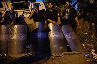EGITTO, IL CAIRO 9/10 settembre 2011: assalto all'ambasciata israeliana. Migliaia di manifestanti egiziani, ancora infuriati per l'uccisione di cinque guardie di frontiera egiziane da parte dell'esercito israeliano, hanno fatto irruzione nella sede diplomatica israeliana e sono stati poi sgomberati da esercito e polizia egiziana. Nell'immagine: polizioni con gli scudi di fronte ad un blindato.<br /> Egypt attack to the Israeli embassy  Attaque &agrave; l'ambassade israelienne Caire