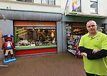 Foto: VidiPhoto<br /> <br /> KAMPEN - Winkeliers in de Geerstraat in Kampen hebben nog steeds last van de crisis. Foto: Chris van den Berg van speelgoedwinkel Het Speelhuys.