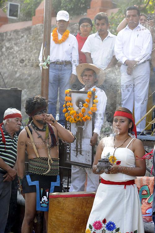 Messico,Morelos, Alpuyeca.29 Novembre 2010.Tappa della carovana di Via Campesina partita da Acapulco per partecipare al forum alternativo per la Vita e la giustizia ambientale e sociale..il rito di purificazione e accoglienza.Mexico, Cuernavaca.Convoy of Via Campesina to COP 16, Cancun