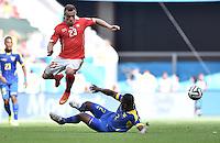 FUSSBALL WM 2014  VORRUNDE    Gruppe D     Schweiz - Ecuador                      15.06.2014 Xherdan Shaqiri (li, Schweiz) gegen Jorge Guagua (re, Ecuador)