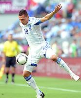 FUSSBALL  EUROPAMEISTERSCHAFT 2012   VORRUNDE Griechenland - Tschechien         12.06.2012 Jose Holebas (Griechenland)  Einzelaktion am Ball