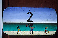 Iles Bahamas /Ile d'Eleuthera/Harbour Island: l'Hotel Romora Bay détail des numéros peint sur portes des chambres