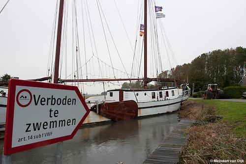 Harde zijwind en een sterke stroming zorgden ervoor, dat de tweemaster 'Mars' zaterdag 23 oktober 2010 over de volle breedte van de Dokkumer Ee dwars voor de brug Klaarkamp (ook wel 'Hoge Brug' of 'Hege Br&ecirc;ge' genoemd) aan het Bannerh&ucirc;s bij Raard kwam te liggen. <br /> Het zeilschip werd door de wind en stroming tegen de  houten geleidingswerken (dukdalven) voor de brug gedrukt en kon hiervan niet op eigen gelegenheid loskomen. Een boer uit de omgeving was behulpzaam om met een lange lijn achter de trekker het schip achteruit te trekken. Uiteindelijk kon het hotelschip van Watervast uit Groningen de geopende brug passeren.